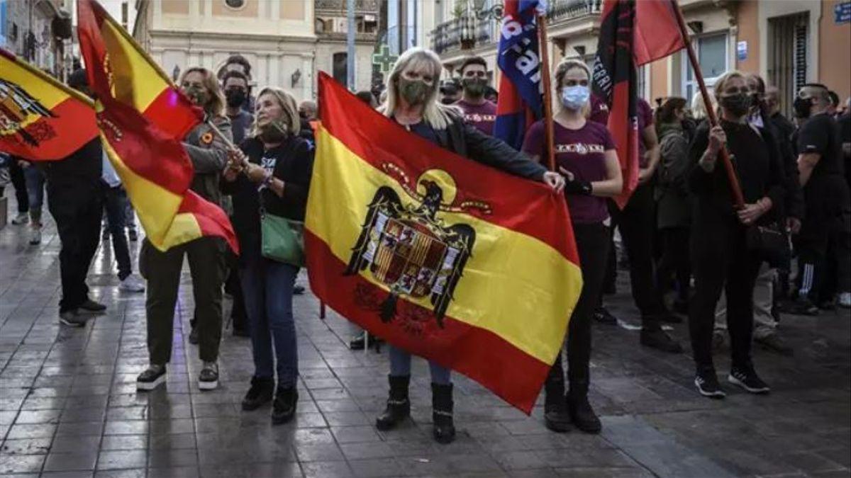 Un grupo de manifestantes exhibe simbología franquista en la manifestación del 12 de octubre en Benimaclet (València).