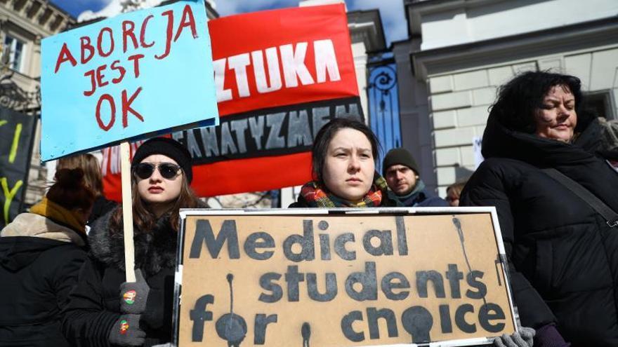 Polonia mantiene su dura posición contra el aborto pese al voto en Irlanda