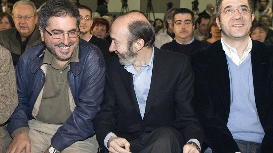 Alfredo Pérez Rubalcaba estaba al frente del Ministerio del Interior cuando en octubre de 2011 ETA anunció el cese de su actividad terrorista. En la imagen está junto al secretario general del PSE/EE, Patxi López (d) y el dirigente de esta formación Jesús Eguiguren (i) en 2007