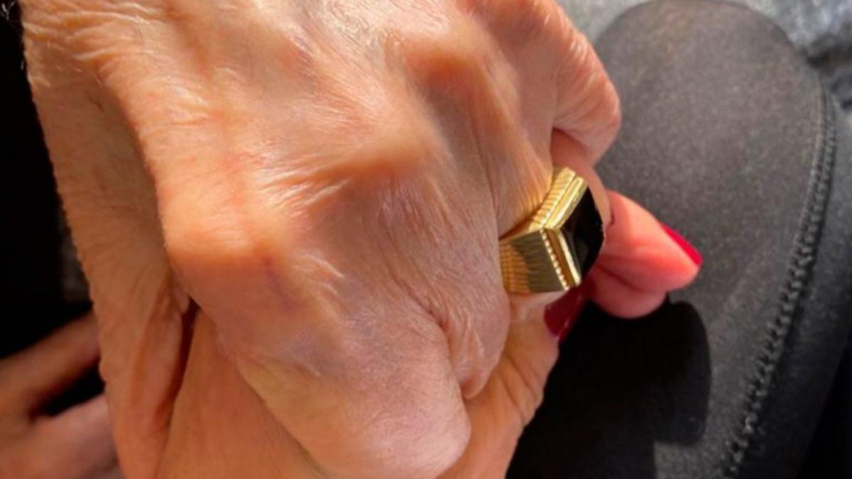 El anillo de Carlos Menem, de oro y con una piedra de ónix.