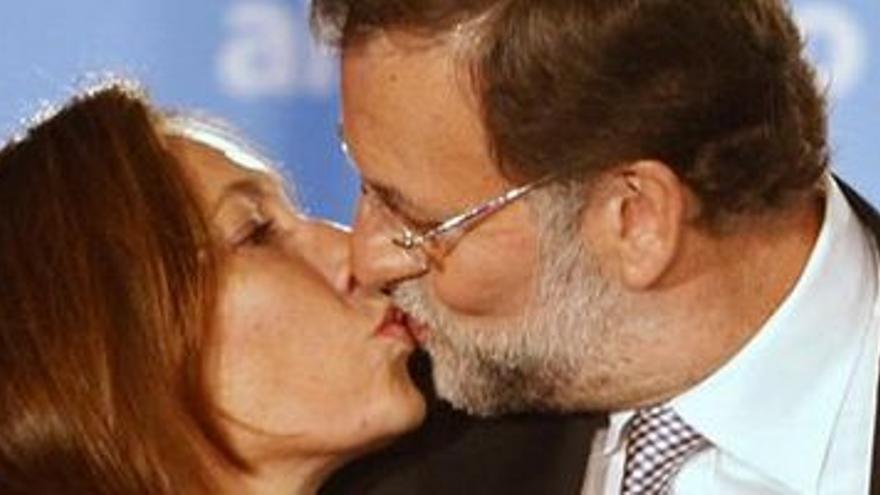 Mariano Rajoy celebra el triunfo con su esposa.