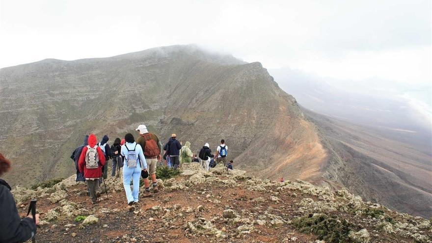 Grupo de caminata en cumbres de Fuerteventura