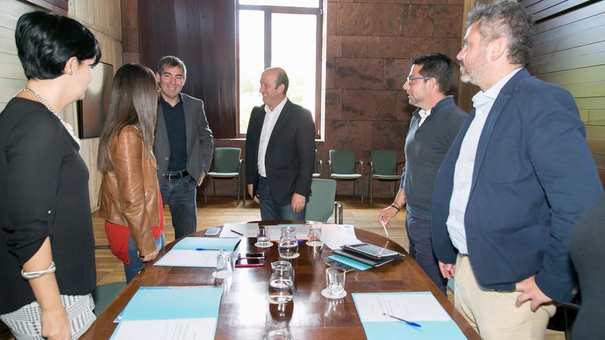 El presidente del Gobierno de Canarias, Fernando Clavijo, junto al director general de Deportes, José Francisco Pérez y los representantes del área de los cabildos isleños.