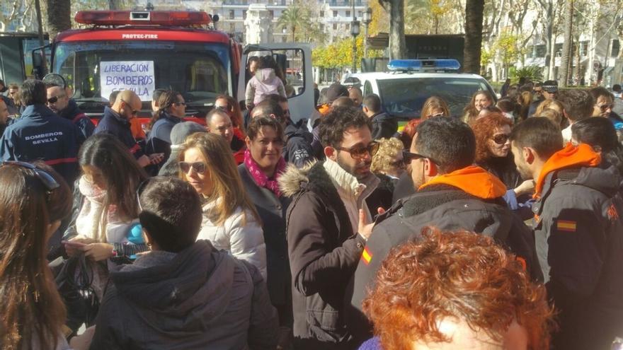 Cientos de personas se concentran para reclamar la puesta en libertad de los tres bomberos detenidos