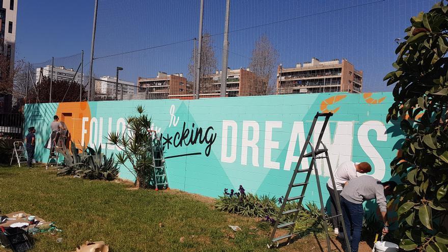 Mural pintado por jóvenes catalanes y suecos en riesgo de exclusión social en l'Escola de Disseny Serra i Abella, en l'Hospitalet de Llobregat (Barcelona)