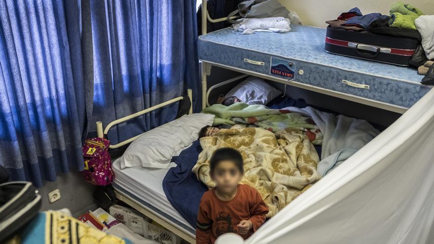 Tres de los menores solicitantes de asilo que viven en el centro de emergencias del Samur Social de Madrid.
