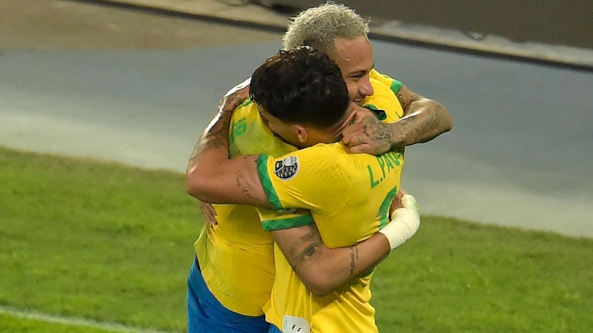 Neymar, autor de casi toda la jugada, festeja con Paquetá, el autor del único gol del partido.