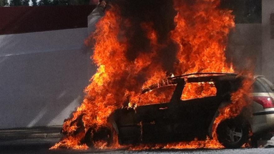 Imágenes del coche ardiendo en Tafira #4