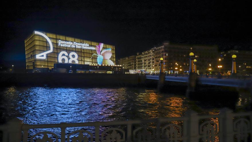 Archivo - Ambiente en las inmediaciones del Kursaal donde se ha celebrado la gala de inauguración de la 68ª edición del Festival de San Sebastián