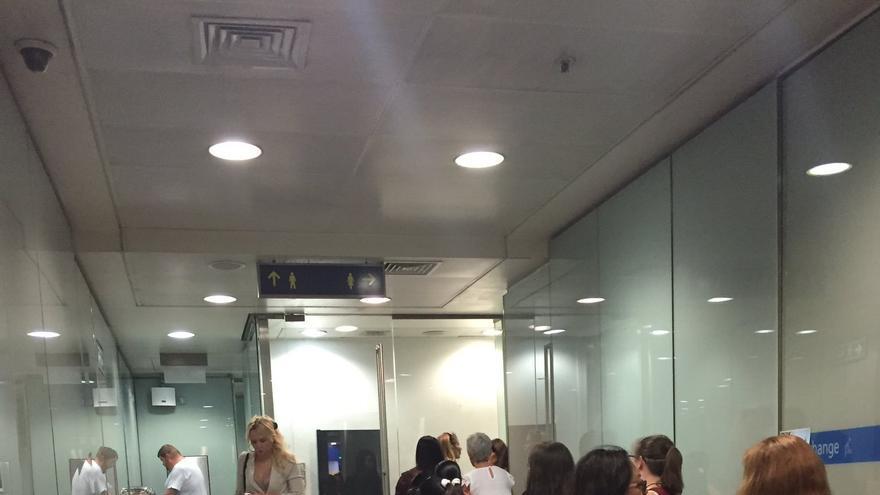 Colas para el baño en una estación de Londres.