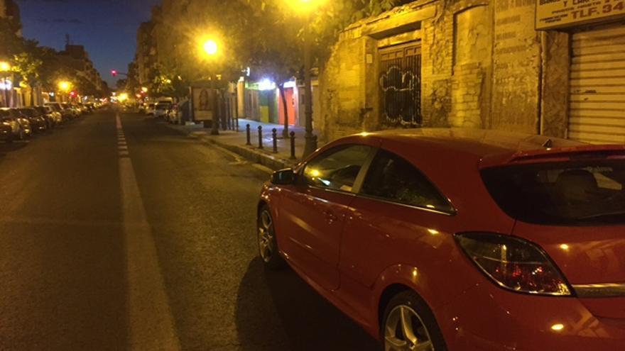 Coches aparcados por la noche en el carril bus en Valencia.