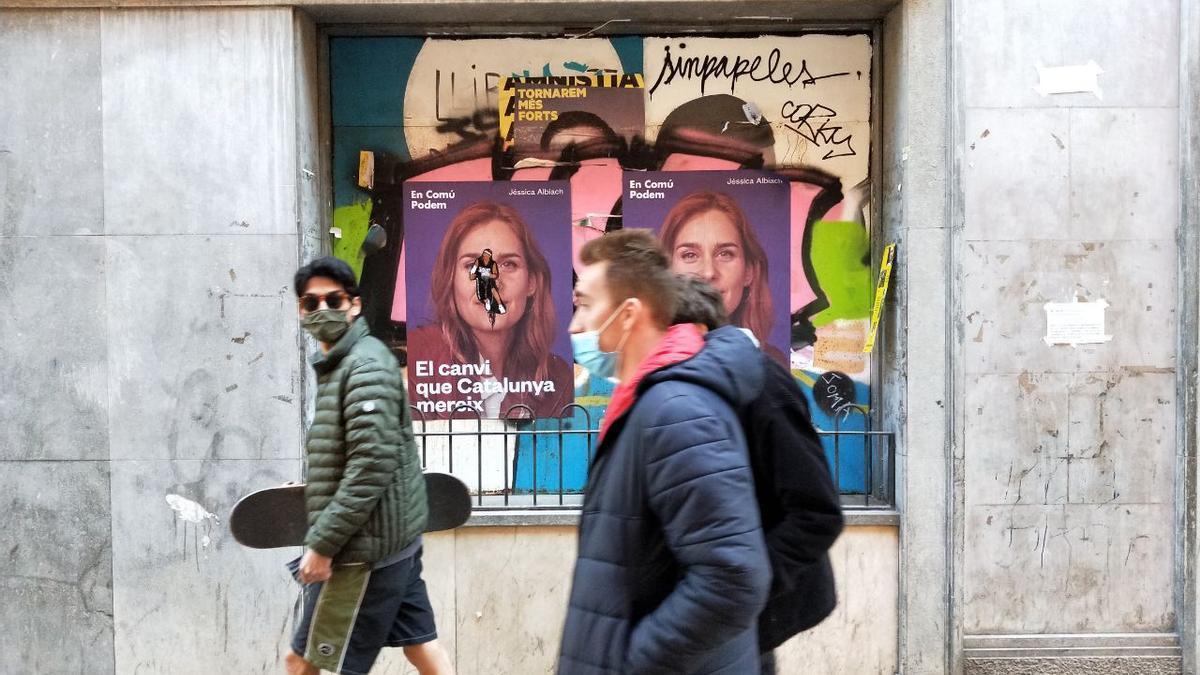 Carteles de Jessica Albiach en la calle Blai, en el barrio del Poble-sec