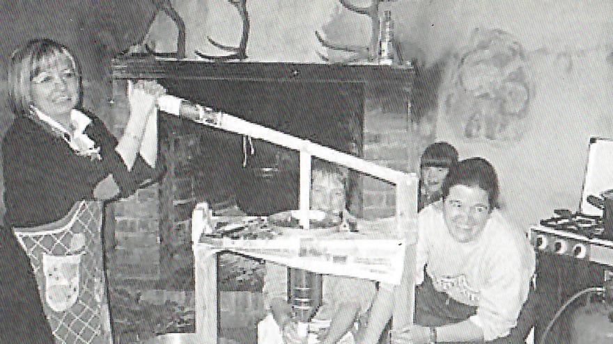 Margarita, Nuri y Tomasa realizan los embutidos en Torres de Albarracín. Fuente: Álbum de fotos de Torres de Albarracín / GA y DPT.