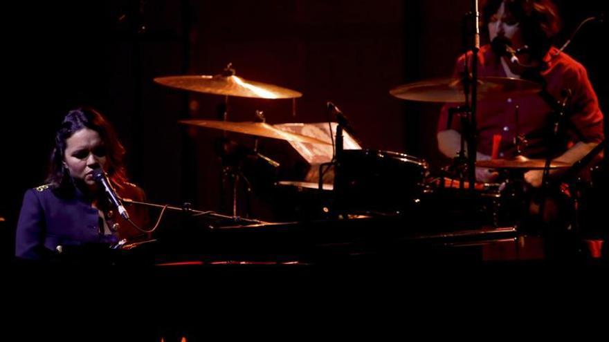 """El jazz dulce y sensual de Norah Jones """"enamora"""" en Madrid"""