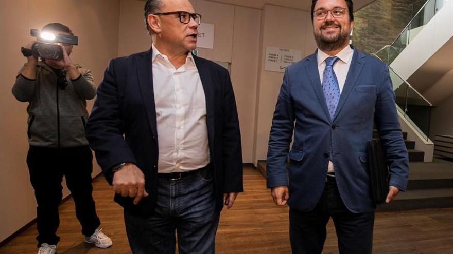 El secretario general de Coalición Canaria, José Miguel Barragán, y el presidente del Partido Popular las islas, Asier Antona .