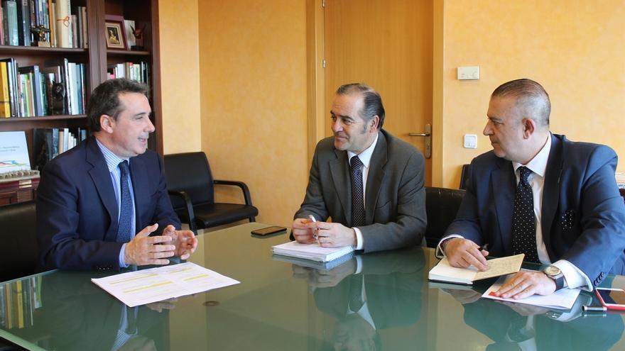 El delegado de Gobierno, en el centro, en una reunión con la Confederación Hidrográfica del Tajo