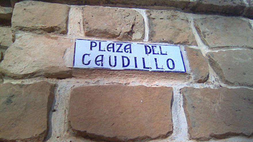 Rótulo de la plaza del Caudillo en Valmuel, Teruel.