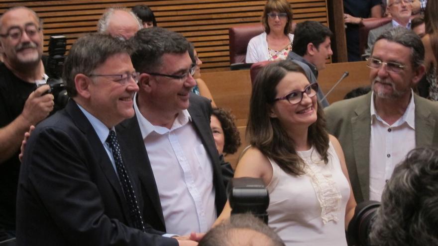 El abrazo entre Puig y Oltra centra la expectación en el inicio de la sesión en las Cortes valencianas