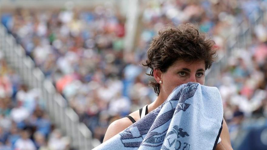 La tenista española Carla Suárez durante su partido de octavos de final ante la rumana Simona Halep del Abierto de Estados Unidos. EFE/Peter Foley