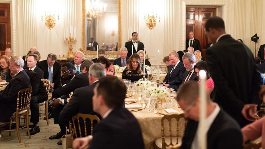 La primera dama de EEUU, Melania Trump, en compañía de líderes evangélicos durante una cena en la Casa Blanca.