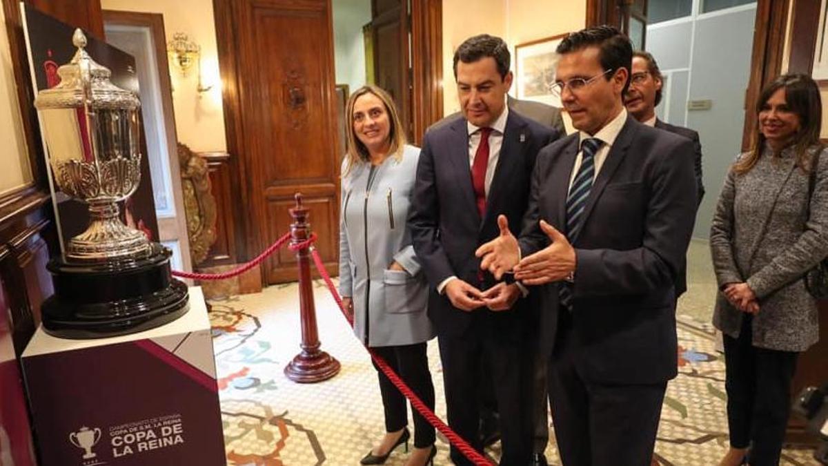 Juan Manuel Moreno Bonilla y Francisco Cuenca (ambos en el centro de la imagen) vuelven a verse dos años después