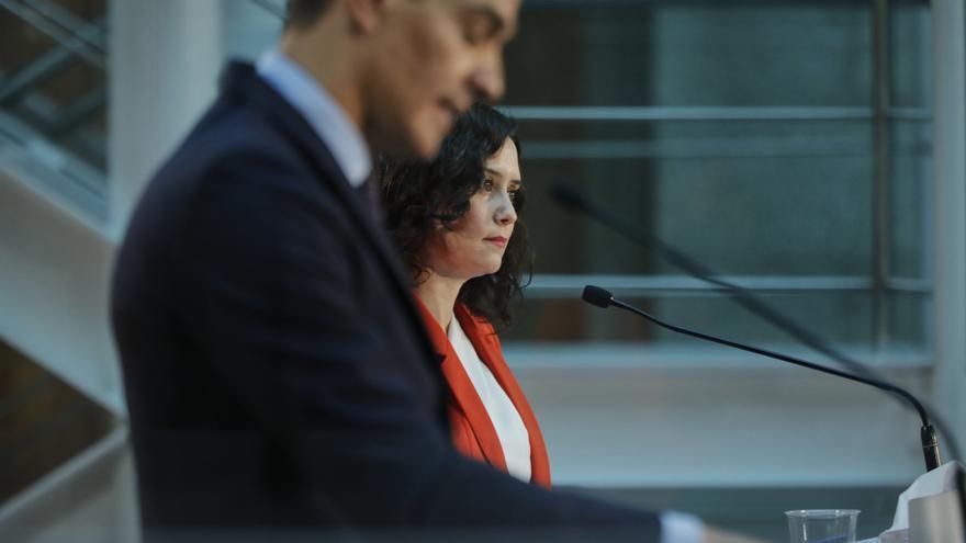 El presidente del Gobierno, Pedro Sánchez, y la presidenta de la Comunidad de Madrid, Isabel Díaz Ayuso, ofrecen una rueda de prensa tras su reunión en la sede de la Presidencia regional