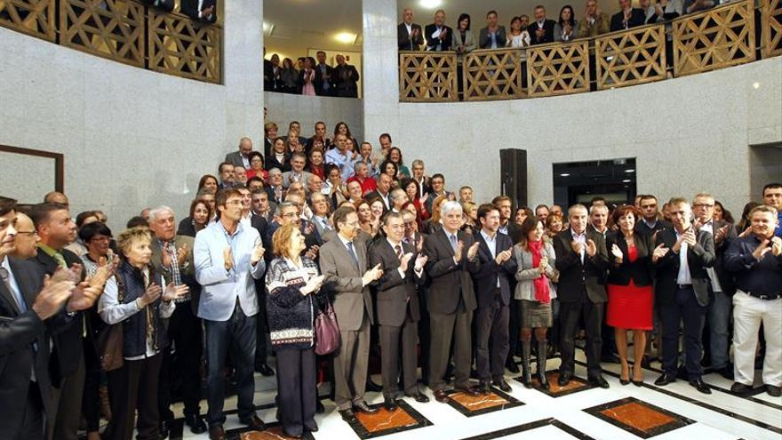 Acto institucional contra las prospecciones. (EFE / ELVIRA URQUIJO)