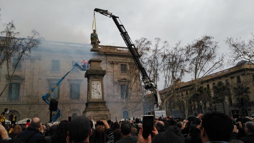 Retirada de la estatua de Antonio López. Imagen: Barcelona en Comú.