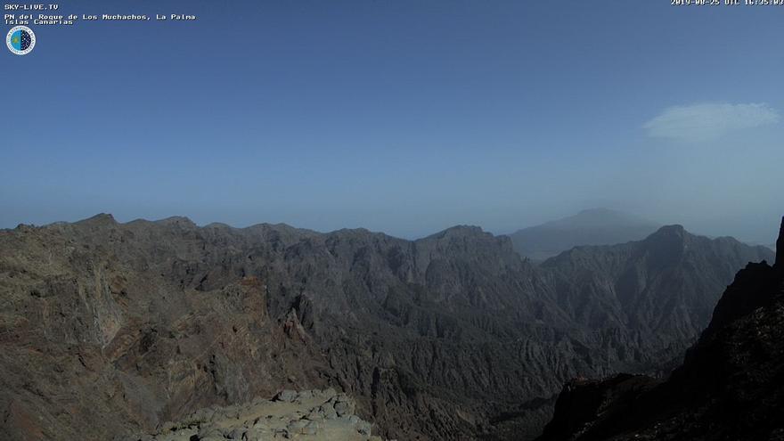 Imagen de las cumbres de La Palma captada  este domingo de la webcam de Sky Live TV del IAC en el Roque de Los Muchachos (Garafía).