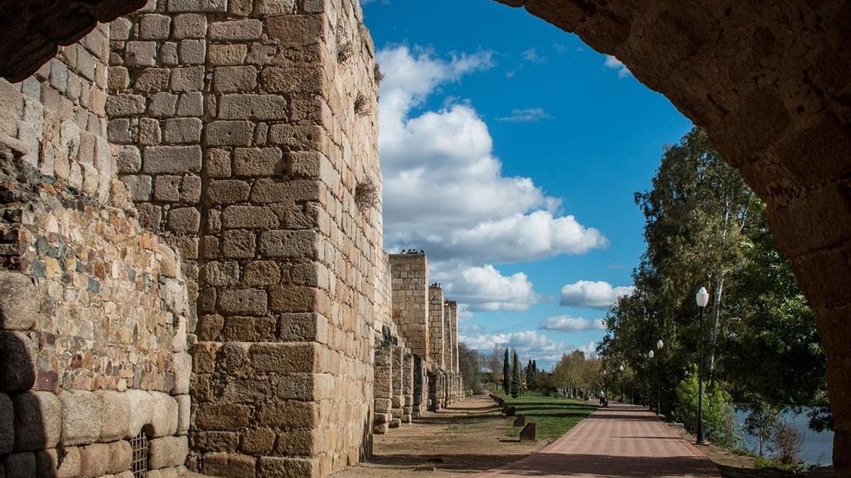 Vista de la Alcazaba desde el Puente Romano en Mérida.