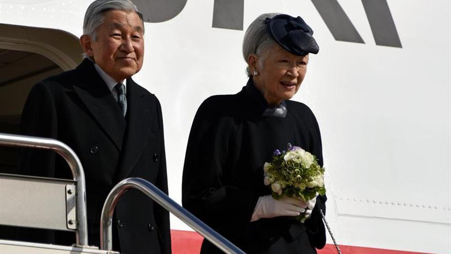 Los emperadores de Japón visitan las zonas damnificadas por los terremotos