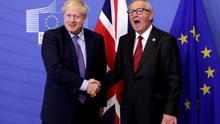 El presidente de la Comisión Europea, Jean-Claude Juncker, estrecha la mano del primer ministro británico, Boris Johnson, el 17 de octubre en Bruselas.