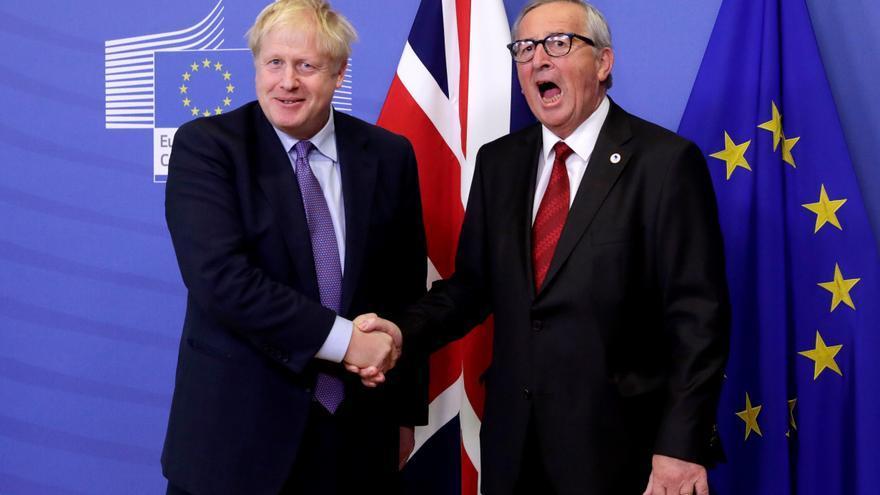 """-FOTODELDÍA- BR01. BRUSELAS (BÉLGICA), 17/10/2019.- El presidente de la Comisión Europea, Jean-Claude Juncker (d), estrecha la mano del primer ministro británico, Boris Johnson (i), tras ofrecer una rueda de prensa referente al alcuerdo alcanzado por el ''brexit'', este jueves en Bruselas (Bélgica). Juncker consideró que no será necesaria una nueva prórroga del """"brexit"""" tras el acuerdo cerrado por los negociadores europeos y británicos, y confió en que todas las ratificaciones necesarias puedan ejecutarse antes del 31 de octubre."""