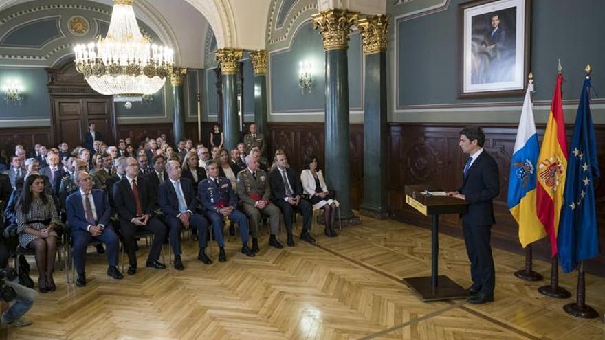 El delegado del Gobierno en Canarias, Enrique Hernández Bento, presidió el acto conmemorativo del 38 aniversario de la Constitución Española, al que asisitieron diversos representantes políticos, civiles y militares.