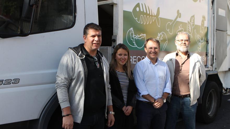 El alcalde de El Paso, Sergio Rodríguez, y el gerente del Consorcio, Álvaro Duque, junto a otros miembros del Ayuntamiento.