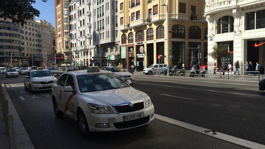 Taxis en la Gran Vía de Madrid.