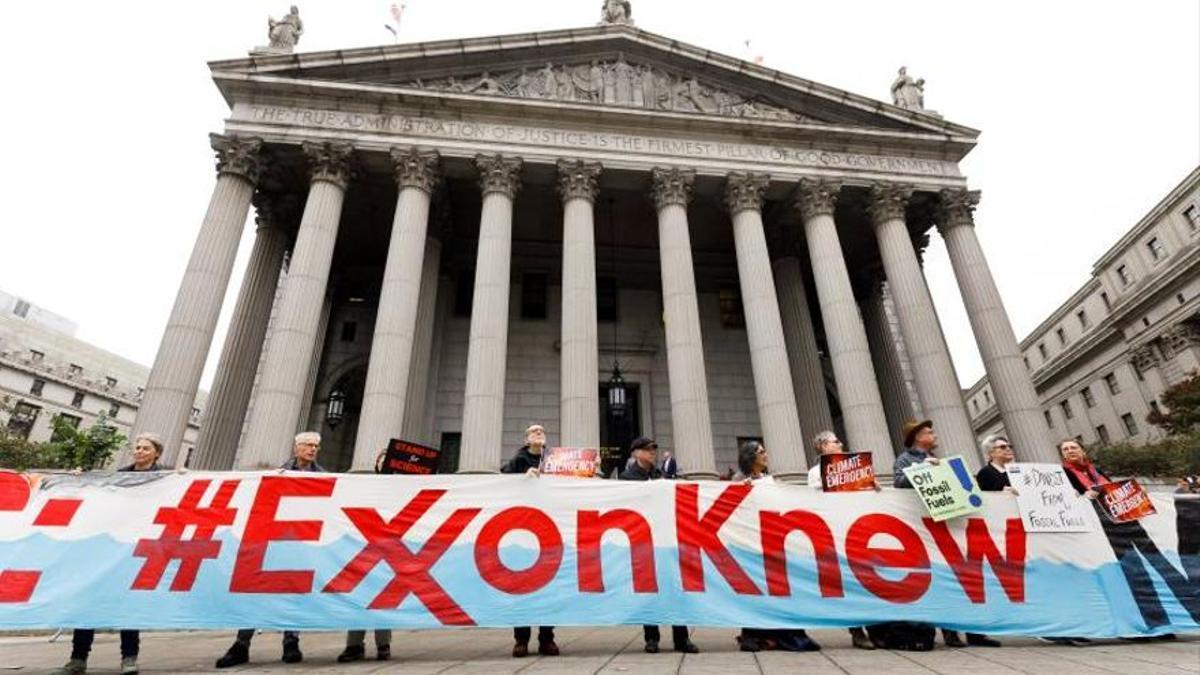 Un grupo de manifestantes protesta frente al Tribunal de Nueva York en octubre de 2019, cuando se abrió el juicio contra Exxon, acusada de esconder los costes del cambio climático.