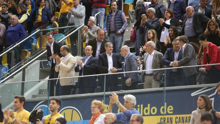 Fernando Clavijo y Antonio Morales se saluda en el palco del Gran Canaria Arena