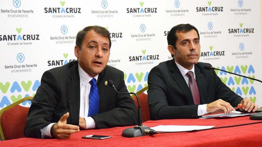 José Manuel Bermúdez, alcalde de Santa Cruz, y su concejal de Hacienda, Juan José Martínez