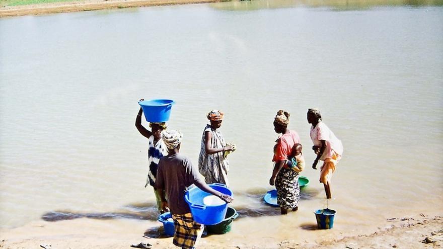 Estas mujeres del África subsahariana dedican varias horas del día a llevar agua limpia a sus hogares/Foro Alternativo Mundial del Agua