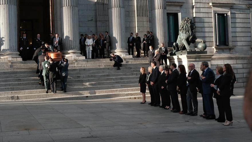 El presidente del Gobierno, Pedro Sánchez, y la presidenta del Congreso, Ana Pastor, acompañados ante el féretro en la capilla ardiente de Alfredo Rubalcaba en el Congreso de los Diputados en Madrid