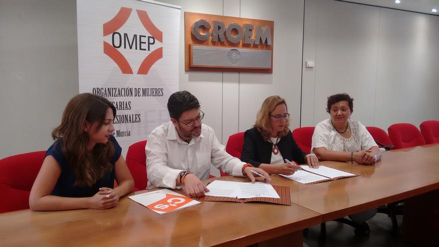 Sheila Templado, Miguel Sánchez, Manoli Marín y Paquita Gil durante la firma del acuerdo