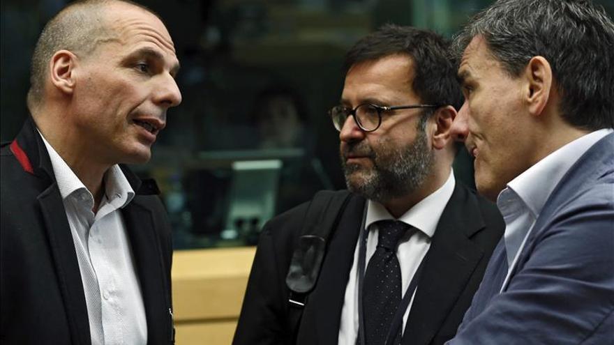 """El Eurogrupo encara una jornada """"crucial"""" tras el anuncio de referéndum de Tsipras"""