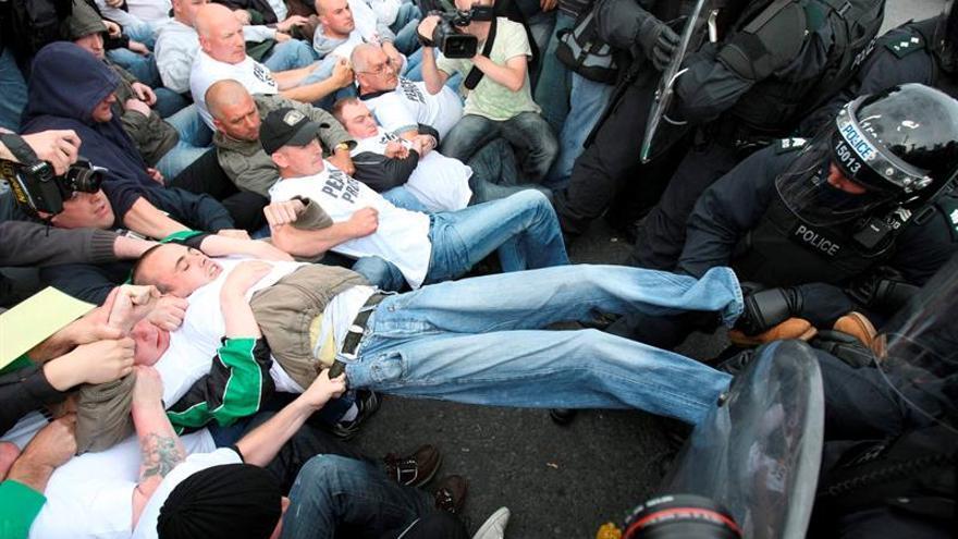 Manifestantes en el Ulster atacan a la Policía con explosivos