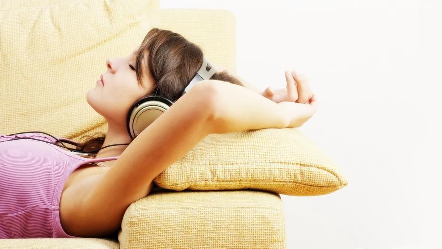 Una mujer asiática escucha música