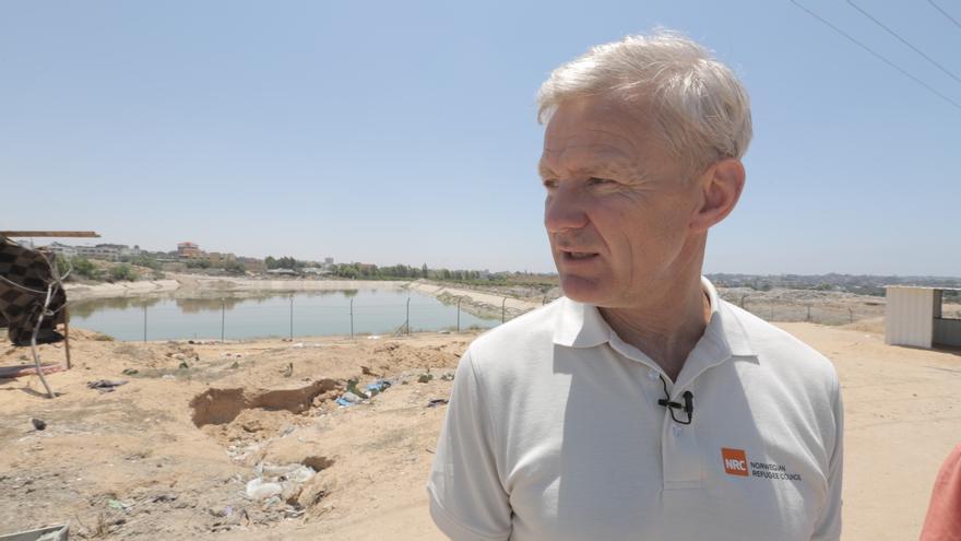 Jan Egeland en la planta de tratamiento de aguas residuales de Um al Nasser in Beit Hanoun. El 95% del agua procedente de los acuíferos de Gaza no es apta para el consumo humano.