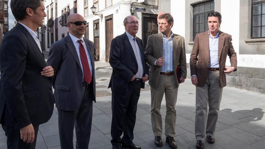 El ministro de Justicia, Rafael Catalá (2d), acompñado por el ministro de Industria, José Manuel Soria (d); el decano del Colegio de Abogados de Las Palmas, Joaquín Espinosa Boissier (c); el presidente del Tribunal Superior de Justicia de Canarias, Antonio Doreste (2i), y el delegado del Gobierno en Canarias, Enrique Hernández Bento (i)