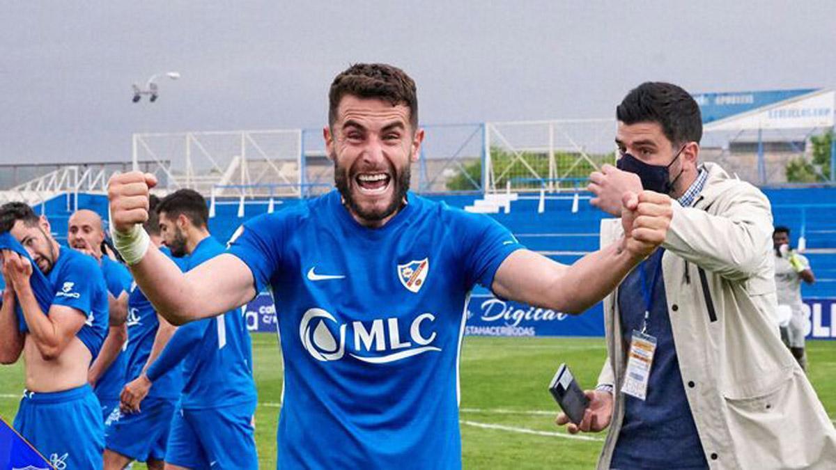 José Cruz, celebra el pase al 'play off' del Linares Deportivo