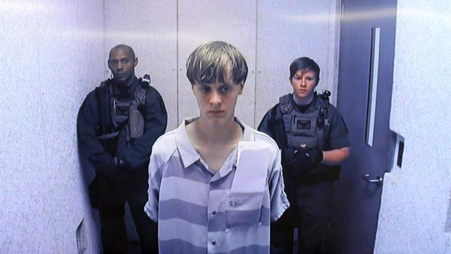Joven que mató a nueve feligreses afroamericanos en EE.UU. se defenderá a sí mismo