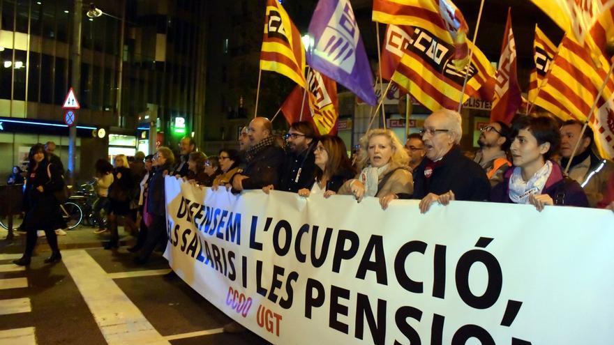 Capçalera de la manifestació de CCOO i UGT de Catalunya per l'ocupació, els salaris i les pensions